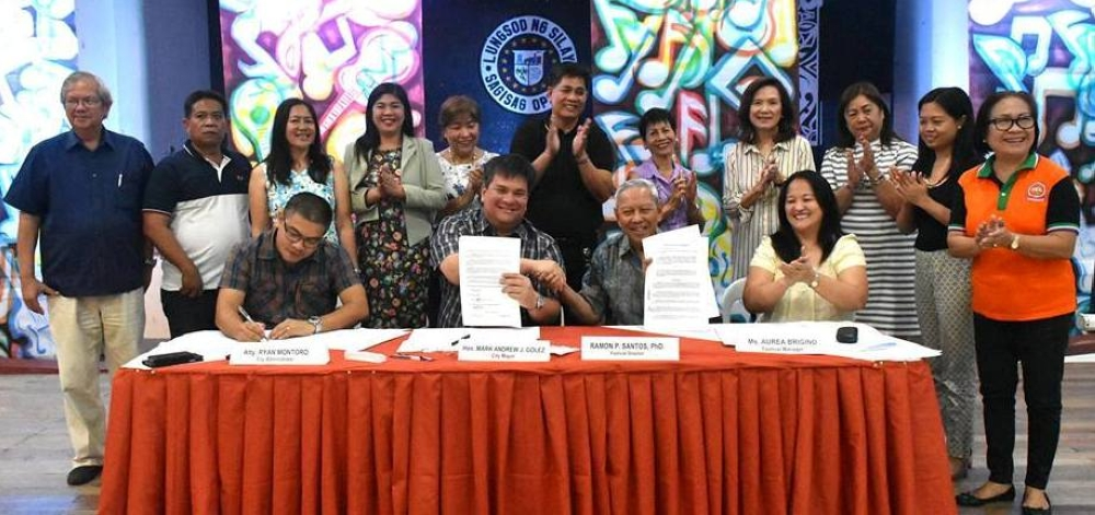 BACOLOD. Silay City officials led by Mayor Mark Golez (seated 2nd from left) and Philippine National Artist for Music Ramon Santos (seated 2nd from right) during the agreement signing for the hosting of International Rondalla Festival 2018 at the city's Civic Center yesterday, witnessed by the mayor's parents Jaime and Tess, Asenso Silay Foundation president Dolly Lopez, Provincial Tourism Officer Christine Mansinares, and Negros Press Club president Renato Duran. (Glazyl Y. Masculino Photo)