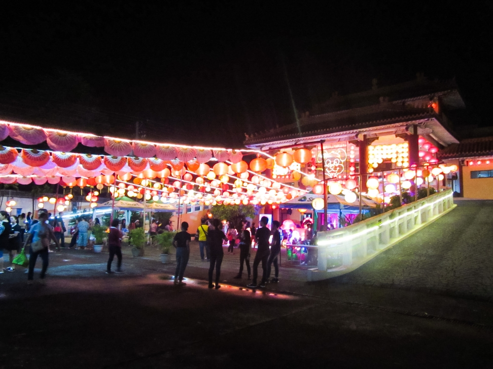 BACOLOD. Yuan Thong Temple shines bright during the New Year's Eve. (Claire Marie Algarme)