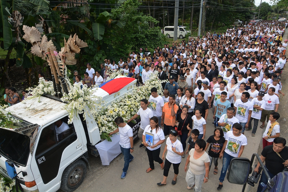 GATHERING for their vice mayor in Ronda. (SunStar Photo by Arni Aclao)