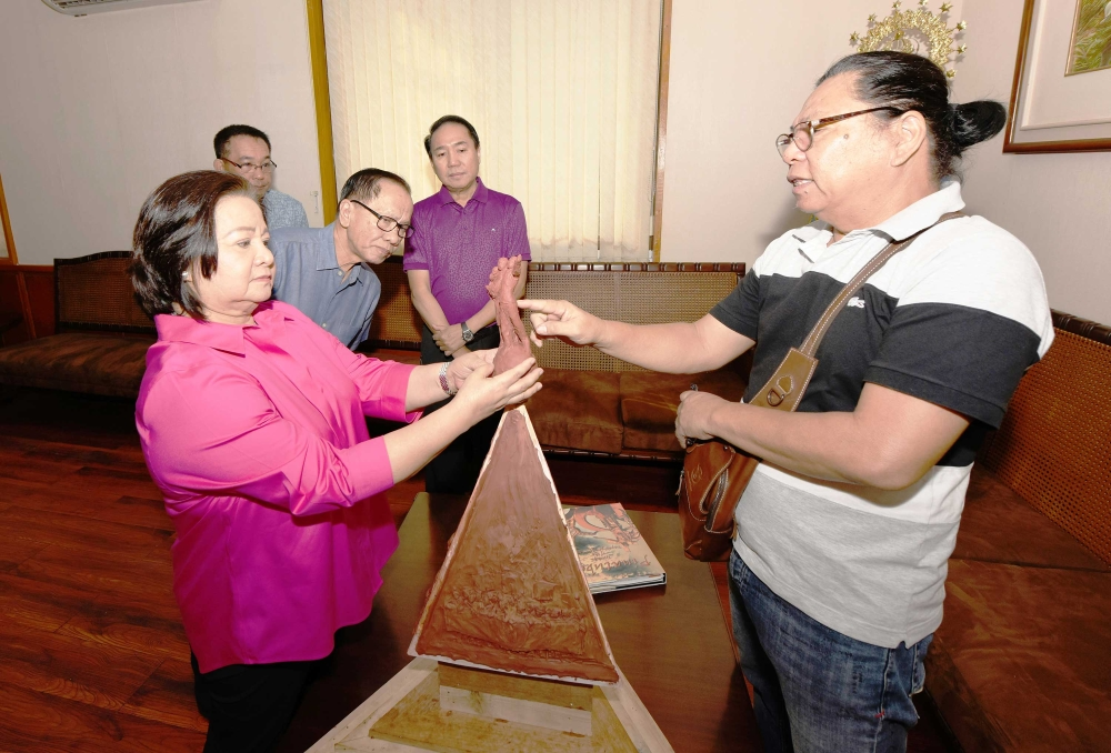 PAMPANGA. Artisan Willy Layug presents to Governor Lilia Pineda the proposed design for the eyed Mount Pinatubo eruption monument. Together with them are Board Member Rosve Henson, Engr. Marni Castro and businessman Levy P. Laus. (Contributed photo)