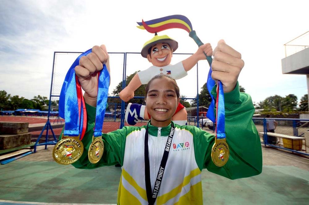 MISAMIS OCCIDENTAL. Si Andrea Annabela De Guia sa Davao City mipakita sa iyang tulo ka bulawan medalya atol sa awarding ceremonies sa Batang Pinoy Mindanao Leg athletics competition didto sa Misamis Occidental Provincial Athletics Center sa Oroquieta City. (Davao Sportswriters Association)