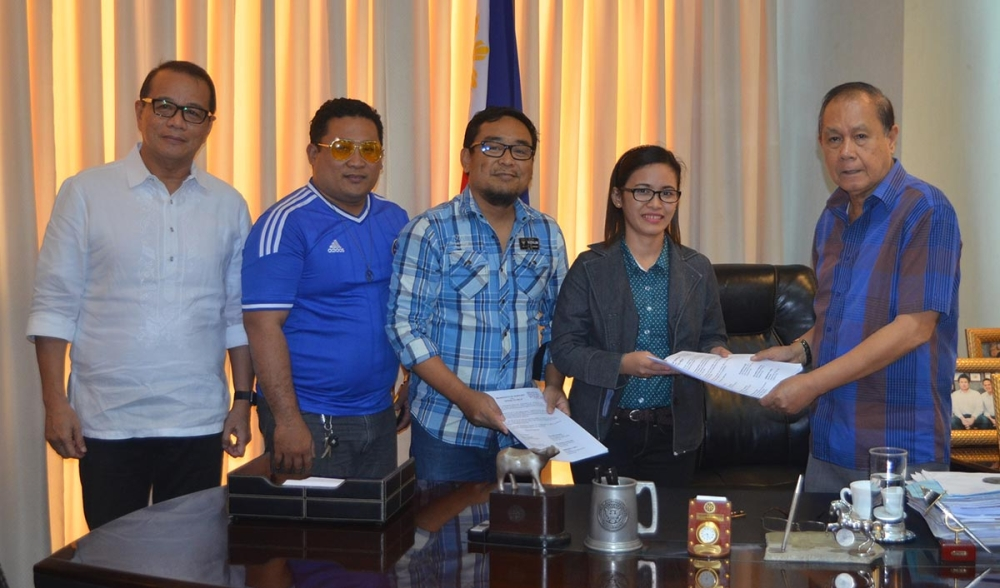ILOILO. Officials of the In Solidum Student Council of the University of Iloilo College of Law, namely, president Jane Sudario (4th from left), vice president Joseph Allen Españo (3rd from left), and secretary Sherwin Galupar (2nd from left) turn over to Governor Arthur Defensor, Sr. the Manifesto of Support and Officer to Help relative to the governor's advocacy to protect and conserve the Visayan Sea on Monday, March 12, 2018 in the presence of Provincial Administrator Raul Banias. (Contributed photo)