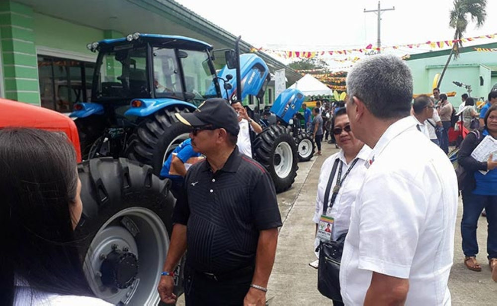 BACOLOD. Agriculture Secretary Emmanuel Piñol (left) with Sugar Regulatory Administration chief Hermenegildo Serafica (right) and Department of Agriculture-Western Visayas Director Remelyn Recoter (center) check out the farm machinery exhibit as part of the 1st Philippine Sugarcane Industry Mechanization Expo at the SRA compound in Bacolod City Monday. (Erwin P. Nicavera Photo)