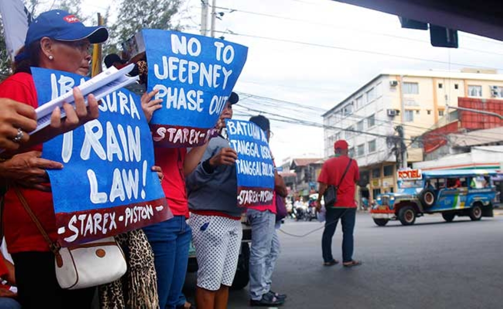 CAGAYAN DE ORO. Jeepney drivers and operators try to persuade other jeepney drivers to go on strike. The strikers gathered underneath the flyover at the intersection of Don Apolinar Velez St and the National Highway on Monday, March 19, holding up placards to protest the planned jeepney phase out of the government. (Naz Ubanan)