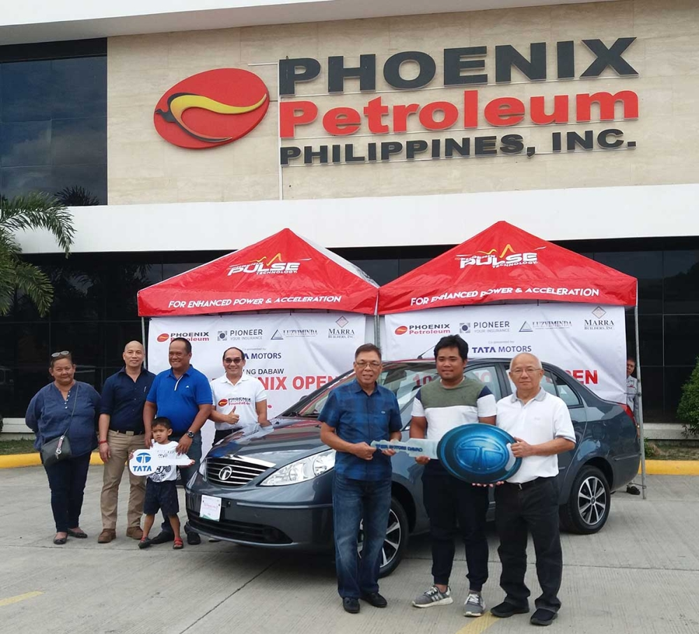 DAVAO. Phoenix Open Golf grand prize raffle winner Pocholo Isabela Reserva (second from right) receives the key replica of his brand new Tata Manza sedan. He also received P100,000 worth of Phoenix Petroleum fuel cards from the organizers. Joining him during the formal turnover are Phoenix Petroleum Philippines, Inc. corporate affairs manager Ben Sur, tournament organizer Liloh Evangelista, Tata Motors general manager Benjamin Ramirez Jr. and Tata Motors Sales manager Alex Tan. (Imee Garcia)