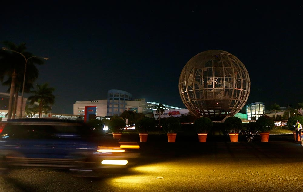 BUSINESS STATEMENT: The globe landmark of the country's largest shopping center, Mall of Asia, turns dark to mark Earth Hour, a global event that raises awareness on the need to take action on climate change. (AP foto / Bullit Marquez)