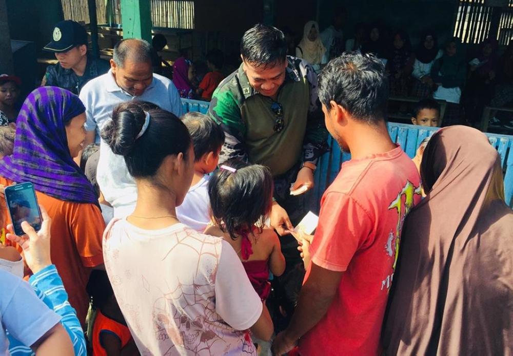ZAMBOANGA. Chief Superintendent Billy Beltran, Police Regional Office-Zamboanga Peninsula director, distributes school supplies to children during his visit last week in Sirawai, Zamboanga del Norte. (PRO-Zamboanga Peninsula photo)