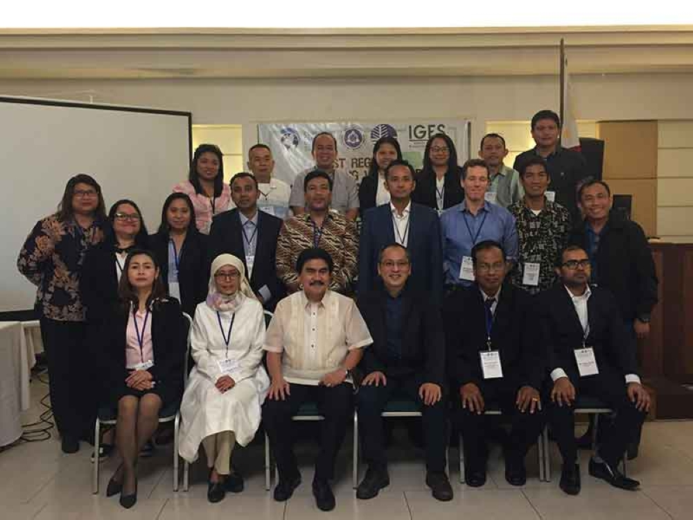 BACOLOD. City Mayor Evelio Leonardia with Commissioner Crispin Lao of the National Solid Waste Management Commission and delegates from Indonesia, Cambodia, Thailand, Myanmar, Lao PDR, Vietnam and Japan and representatives from DENR-EMB and City Mayor's Office hold the First Regional Training-Workshop on Measuring and Mitigating Short-Lived Climate Pollutants from the municipal solid waste sector at the O Hotel yesterday. (Merlinda A. Pedrosa)