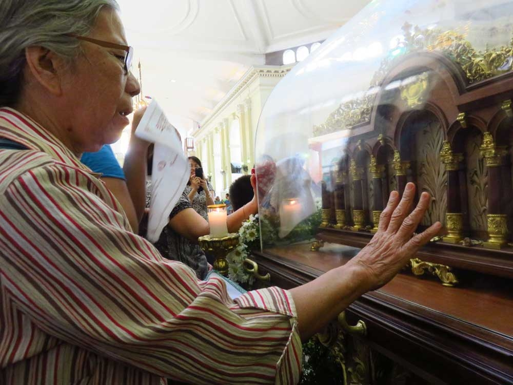 Relic visit. Josefina Lumapas, a St. Therese devotee, prays to the saint to help her see again as she has been suffering from cataract. The relic of St. Therese was at the National Shrine of Saint Joseph Parish in Mandaue City before it was brought to the headquarters of the Central Command in Cebu City. (SunStar Foto/Allan Cuizon)