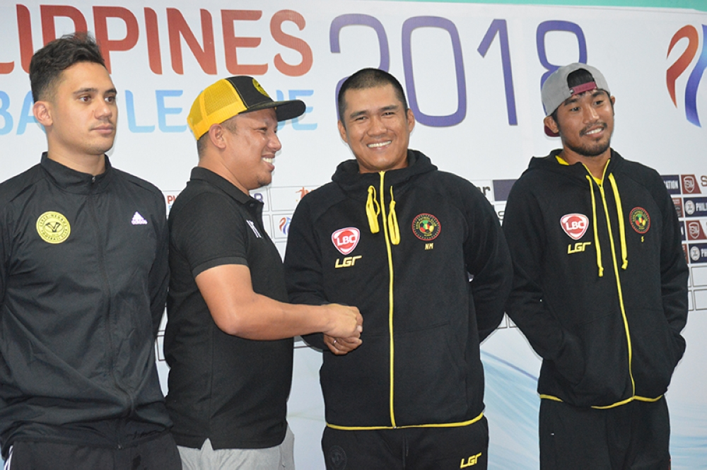 BACOLOD. Coaches Ian Treyes and Noel Marcaida shake hands while players Martin Steuble and Camelo Tacusalme look on in yesterday's press conference for the 2018 Philippines Football League at Panaad Park. Ceres coach Risto Vidakovic is still suspended until May by the Philippine Football Federation. (Henry G. Doble/SunStar Bacolod)