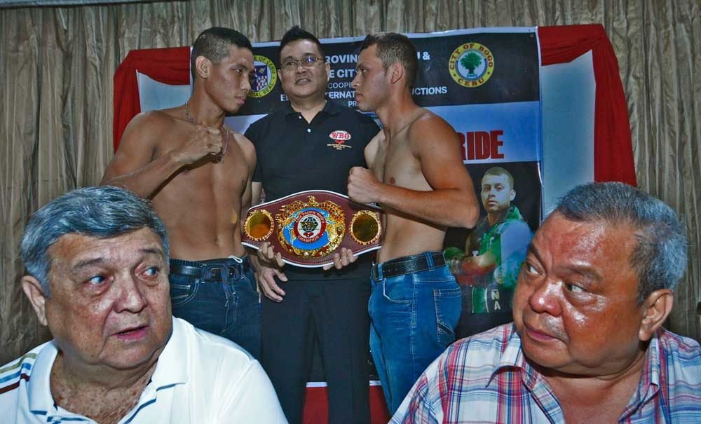 It's on. Event organizer former Bogo City mayor Celestno Martinez Jr. (left) and Bebot Elorde (right) do a staredown of their own, while boxers Joe Marie Noynay (left) and Hector Garcia (right) pose with WBO vice president Leon Panuncillo. (SunStar Photo/Amper Campaña)