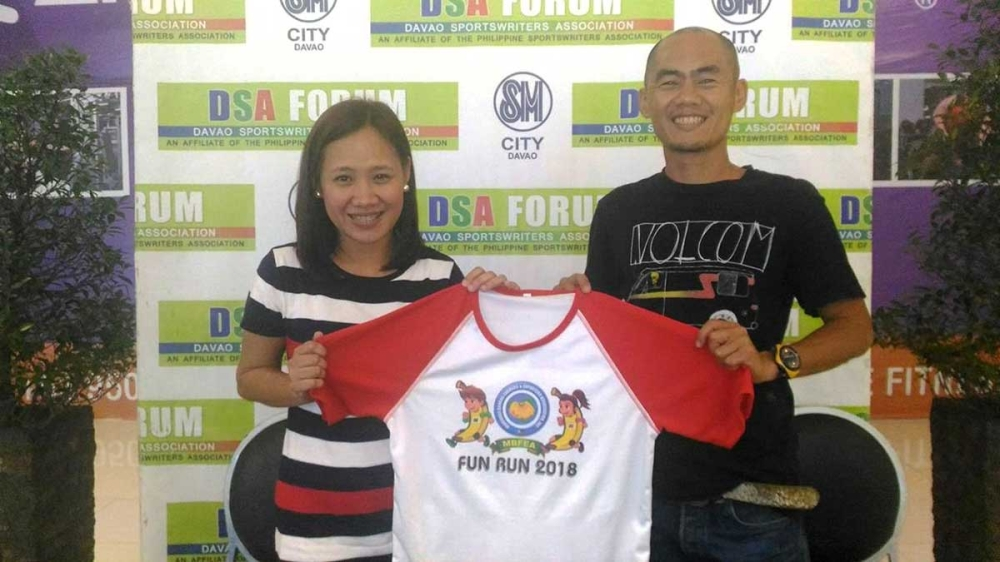 DAVAO. Gladys Mebrano-Garcia and race manager Dax Ang show the free race jersey during the Davao Sportswriters Association Forum held at The Annex of SM City Davao. (Mariz Robilla photo)
