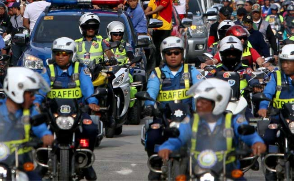 CEBU. Traffic police put on reflectorized vests to make them visible to the public. In Cebu City, motorcycle and bicycle drivers will soon be required to do the same to prevent accidents, but Mayor Tomas Osmeña said Friday that the ordinance will no longer take effect. (SunStar Photo/Alex Badayos)