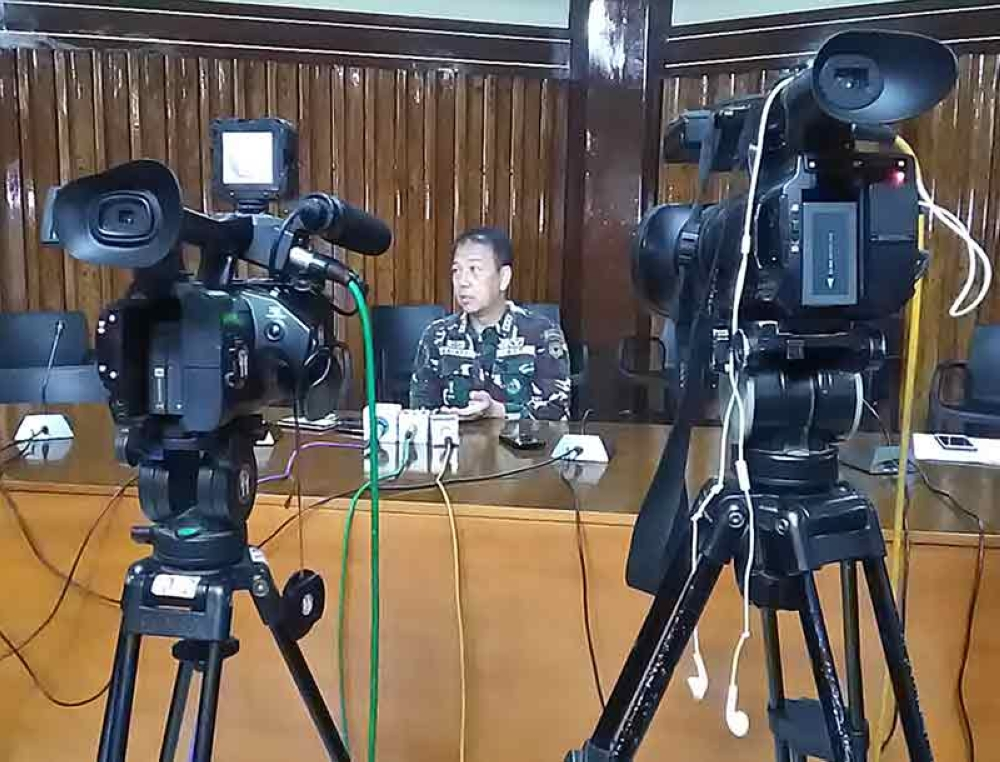 ZAMBOANGA. Lieutenant General Carlito Galvez, Jr., Western Mindanao Command (Westmincom) chief and in-coming Armed Forces Chie-of-Staff answers questions to reporters at the mansion house in Westmincom headquarters. (Bong Garcia)