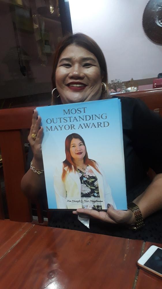 BACOLOD. La Castellana Mayor Rhumyla Nicor-Mangilimutan holds a copy of Most Outstanding Mayor Award book from Superbrands Marketing Incorporated. (Erwin P. Nicavera)