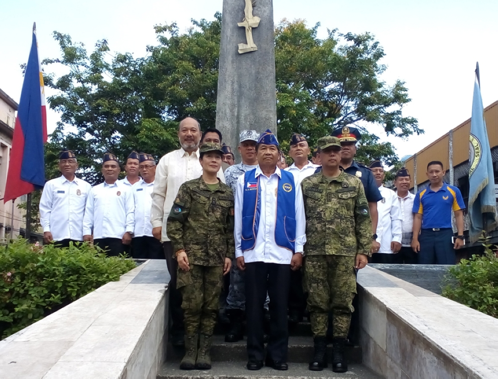 ZAMBOANGA. Lieutenant General Carlito Galvez Jr., Western Mindanao Command chief (right), and Zamboanga City Mayor Maria Isabelle Climaco-Salazar (left) lead the commemoration of the 76th Araw ng Kagitingan on Monday, April 9. (Bong Garcia)