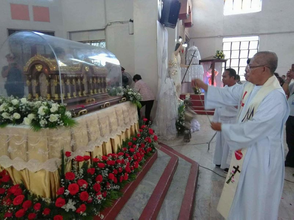 BACOLOD. Close to a thousand Catholic devotees of St. Therese of the Child Jesus welcome the arrival of the pilgrim relics at the Cathedral of St. Francis Xavier in Kabankalan City. (Contributed Photo)