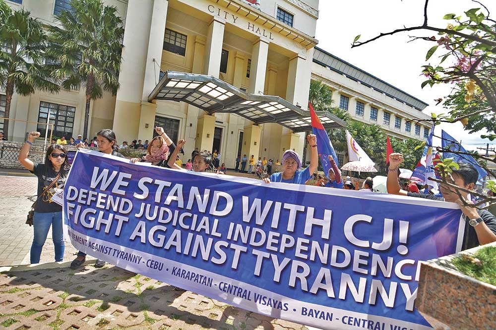 Pro-Sereno. Members of cause-oriented groups held a rally that began outside Cebu City Hall as a show of support for Supreme Court Chief Justice Maria Lourdes Sereno. (SunStar Photo/Amper Campaña)