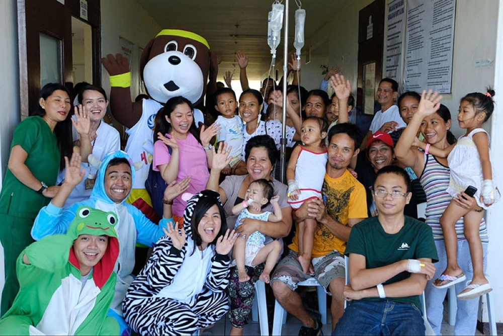 NEGROS. The children with their parents, along with the hospital staff, enjoy the Hampangan games.