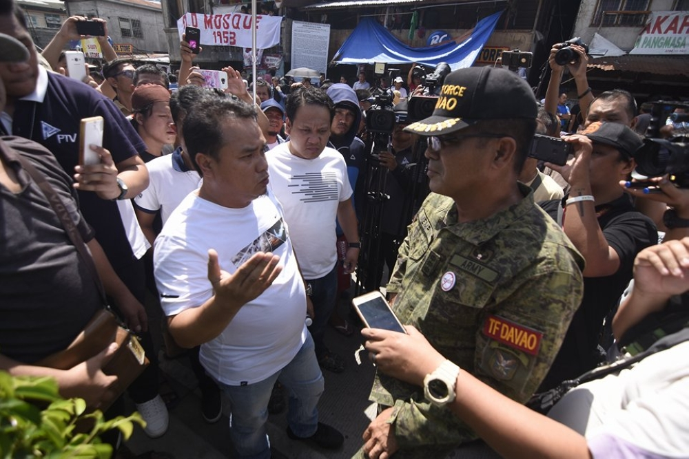 DAVAO. Task Force Davao Colonel Nolasco Mempin coordinates with leaders of the residents in Brgy. 26-C in Davao City who were protesting after news of demolition broke out. (Mark Perandos)