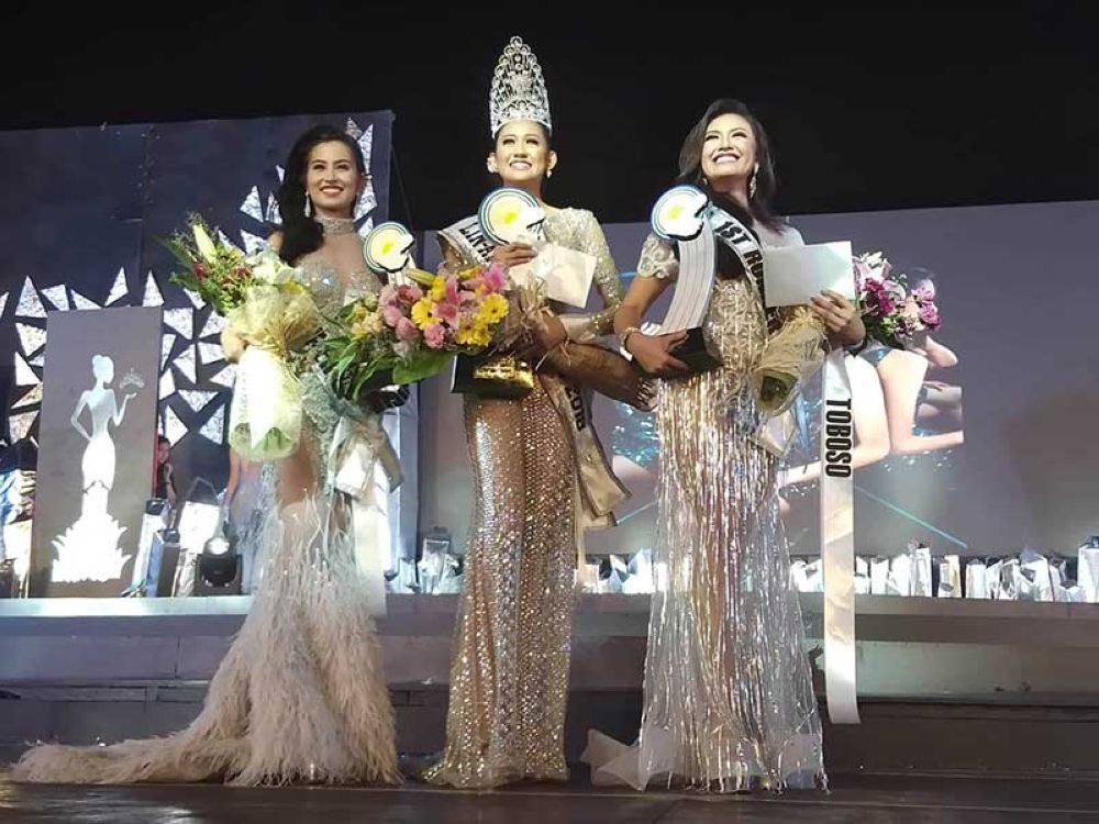 BACOLOD. The newly-crowned Lin-ay sang Negros 2018 Danice Decolongon (center) of Ilog town flanked by Lin-ay sang Toboso Klaire Anne Libre (right), 1st runner-up; and Lin-ay sang Hinigaran Yasmine Cabalfin, 2nd runner-up, during the coronation night Friday at Panaad Park and Stadium in Bacolod City. (Glazyl Y. Masculino)