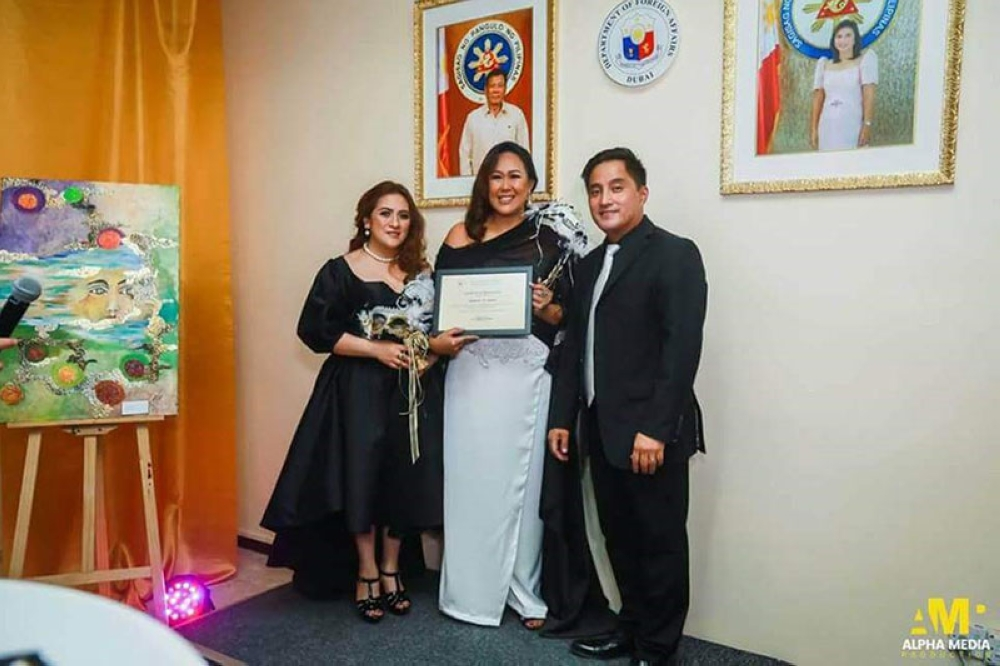 BACOLOD. Negrense artist Jeanelyn Jarder at the opening of her art exhibit at the Philippine Consulate in Dubai recently. She was with Philippine Consulate General and Northern Emirates Paul Raymund Cortes and wife Yasmin Balajadia-Cortes. (Contributed Photo)