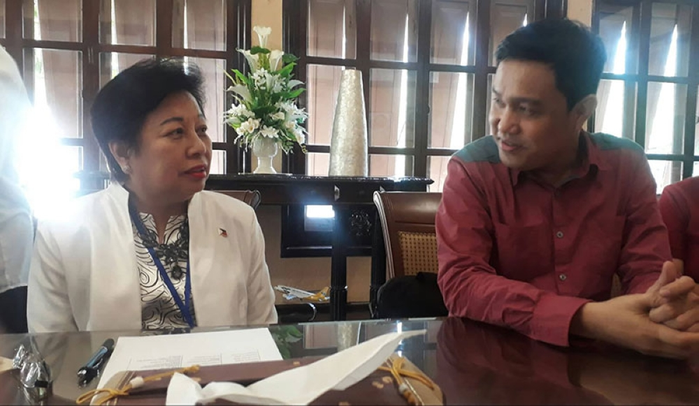 BACOLOD. Philippine Ambassador to Thailand Her Excellency Mary Jo Bernardo-Aragon (left) and West Visayas State University professor Dr. Walter Yudelmo during the courtesy visit of the participants of the 2018 Asean Media and Communication Solidarity Conference at the Philippine Embassy in Bangkok, Thailand on Thursday. (Erwin P. Nicavera)