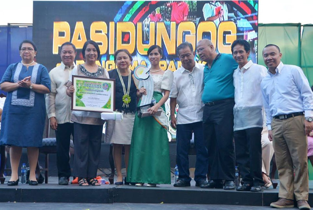 BACOLOD. Jeselle Hyacinth Suarez-Hablo (5th from left) with (from left) Department of Agriculture-Western Visayas Director Remelyn Recoter, Provincial Agriculturist Japhet Masculino, Hablo's mother Junelle Suarez, Senator Cynthia Villar, Governor Alfredo Marañon Jr., Hablo's father Atty. Jessie Suarez, City Department of Agriculture-OIC Romeo Garcia Jr. and Hablo's husband Joey Hablo. (Contributed Photo)