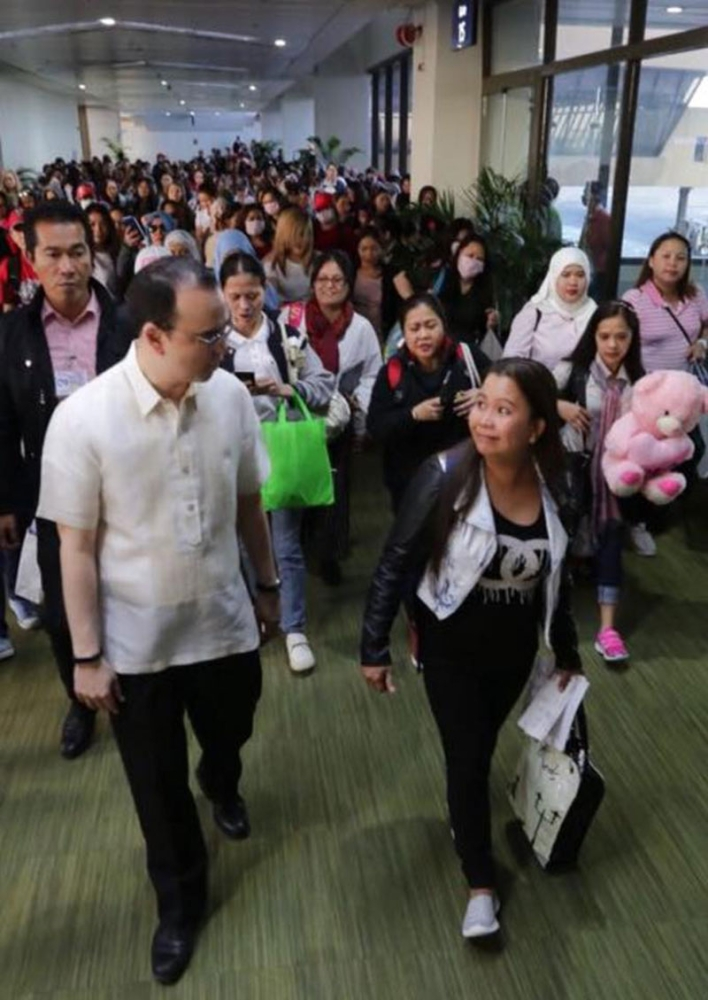 MANILA. Foreign Affairs Secretary Alan Peter Cayetano greets the Filipino workers from Kuwait as they arrived at the Ninoy Aquino International Airport on April 23. More than 5,000 Filipino workers have been repatriated from Kuwait since February 2018. (Photo courtesy of Foreign Affairs Assistant Secretary Elmer Cato)
