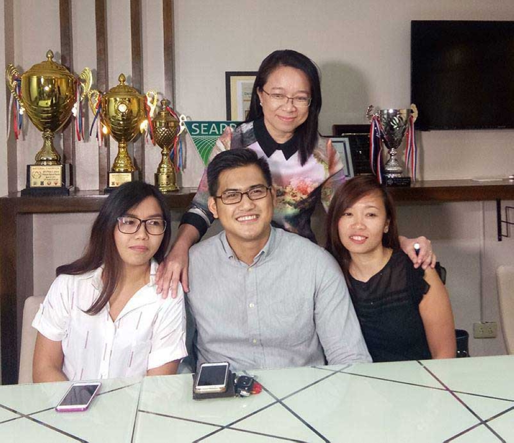 USC'S pride. Three law graduates of  the University of  San Carlos made it to the top 10 of the 2017 bar. They are (seated, from left) Ivanne D'laureil Hisoler (7th), Rheland Servacio (4th) and Christianne Mae Balili (2nd). With them is USC College of Law Dean Joan Largo. (SunStar Foto/Gerome Dalipe)