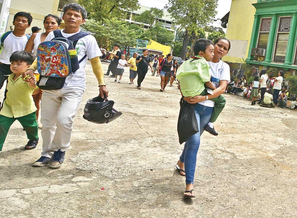 Educating parents. Parents pick up their children from the Zapatera Elementary School in Cebu City. The Cebu Provincial Anti-Drug Abuse Office wants to activate the Parents-Teachers Associations in schools and use the meetings as a venue to educate parents not only on the drug situation but also on parenting. (SunStar File)