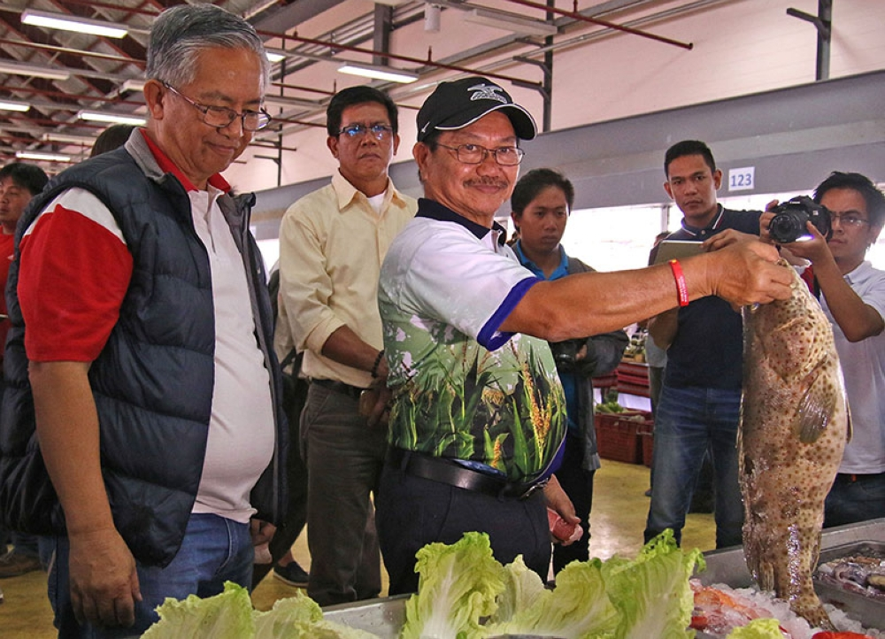 QUALITY FISH. Department of Agriculture Secretary Emmanuel Piñol shows a Lapu-Lapu from Zambales during TienDA and farmers forum held at Benguet Agri Pinoy Trading Center in La Trinidad last week. (Milo Brioso)