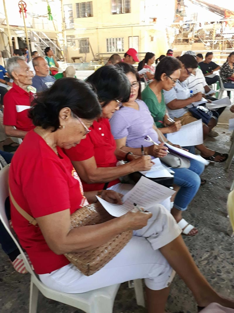 Participants to the University of Mindanao forum answer the pre-test questionnaires. (Alger P. Dura)