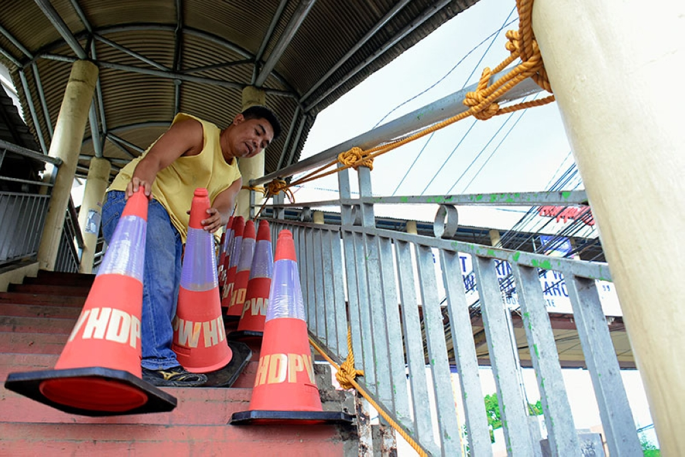DAVAO. The Department of Public Works and Highways (DPWH)-Davao is now repairing the pedestrian overpass in front of the Gaisano Mall of Davao. DPWH engineers said the crack was just on the surface and is not structural, and thus opened it for use even as repair is still ongoing. (Mark Perandos)