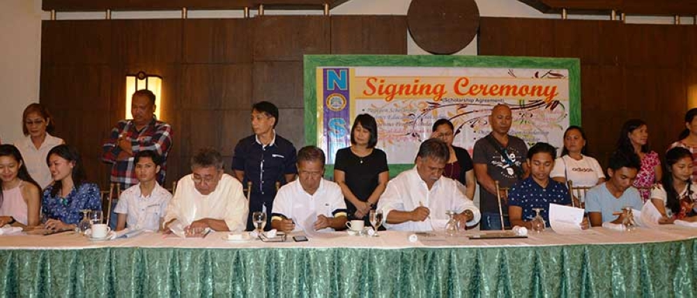 BACOLOD. Governor Alfredo Marañon Jr. (seated, 5th from left) together with Board Members Pedro Zayco Jr. and Salvador Escalante Jr., NOSP head Karen Dinsay, and the Capitol scholars during the signing of the Scholarship Agreement held at Business Inn Hotel in Bacolod City on May 2, 2018. (Photo from Provincial Capitol)