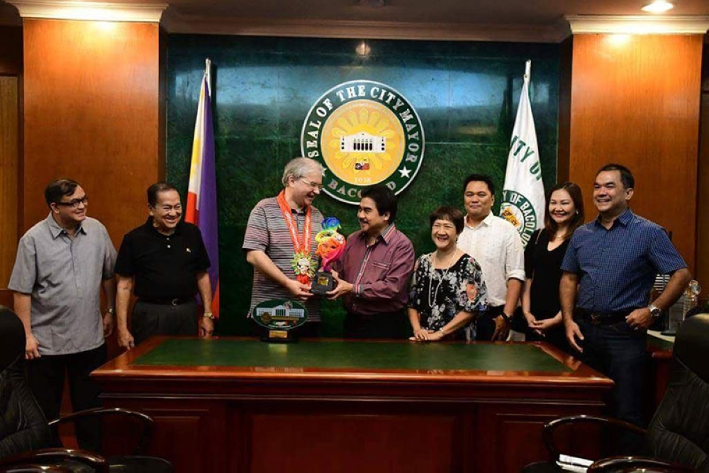 BACOLOD. Ambassador of Russia to the Philippines Igor Khovaev (3rd from left) receives a token from Bacolod City Mayor Evelio Leonardia (4th from left) at the Government Center Friday, with (from left) City Legal Officer Joselito Bayatan, National Federation of Sugarcane Planters president Enrique Rojas, First Lady Elsa Leonardia, Bacolod Congressman Greg Gasataya, Councilor Em Ang and former councilor Roberto Rojas. (Bacolod City PIO)