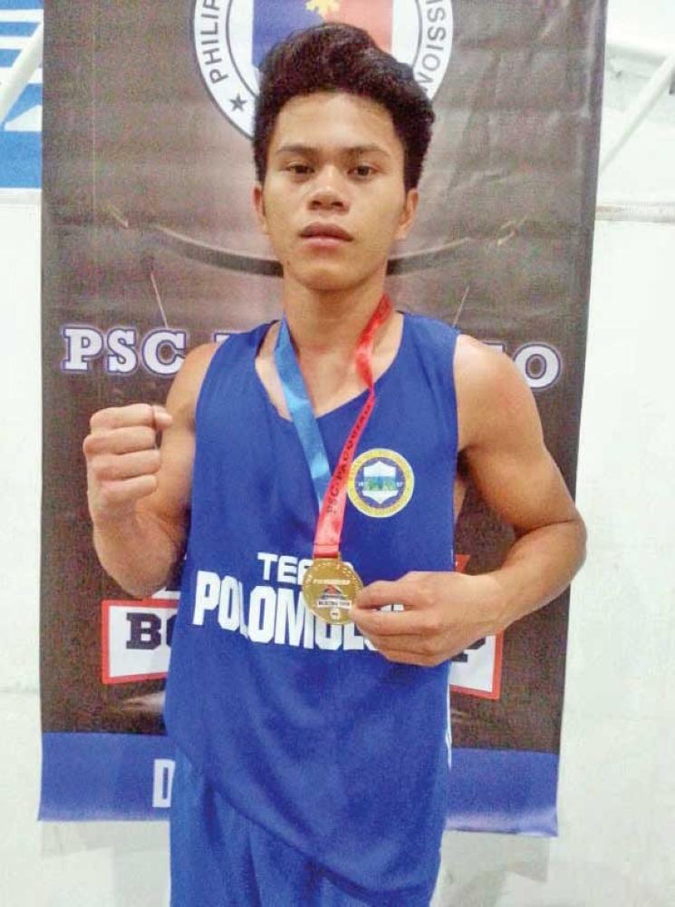 Si Jakesone Saludar uban sa iyang medalya atol sa Philippine Sports Commission (PSC)-Pacquiao Amateur Boxing Cup Mindanao Finals nga gihimo sa Davao City Recreation Center (Almendras Gym).  (ADAM B. MORRELL PHOTO)