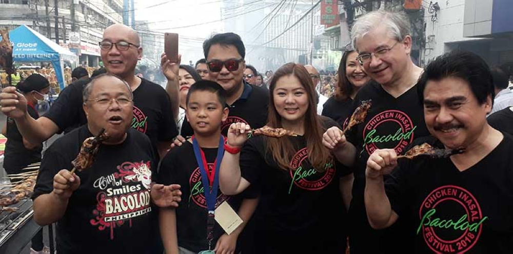 Bacolod City officials led by Mayor Evelio Leonardia (right) and Event Director Councilor Cindy Rojas (3rd from right) with Russian Ambassador to the Philippines His Excellency Igor Khovaev (2nd from right) during the 1st Bacolod Chicken Inasal Festival held on Araneta Street Saturday afternoon. (Erwin P. Nicavera Photo)