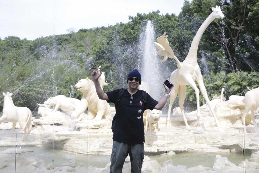 Safari fountain. Makita sa akong luyo ang Safari Fountain sa base camp.