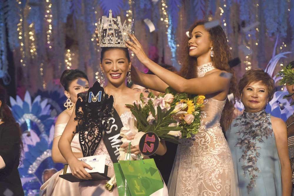 The turnover. Miss Mandaue 2017 Ralphiela Lewis crowns successor Gabriella Ceniza Carballo. (SunStar Foto/Ruel Rosello)