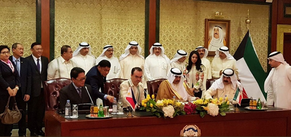 KUWAIT. Philippine and Kuwaiti officials sign an agreement aimed at protecting the Filipino migrant workers. (Photo from DFA)