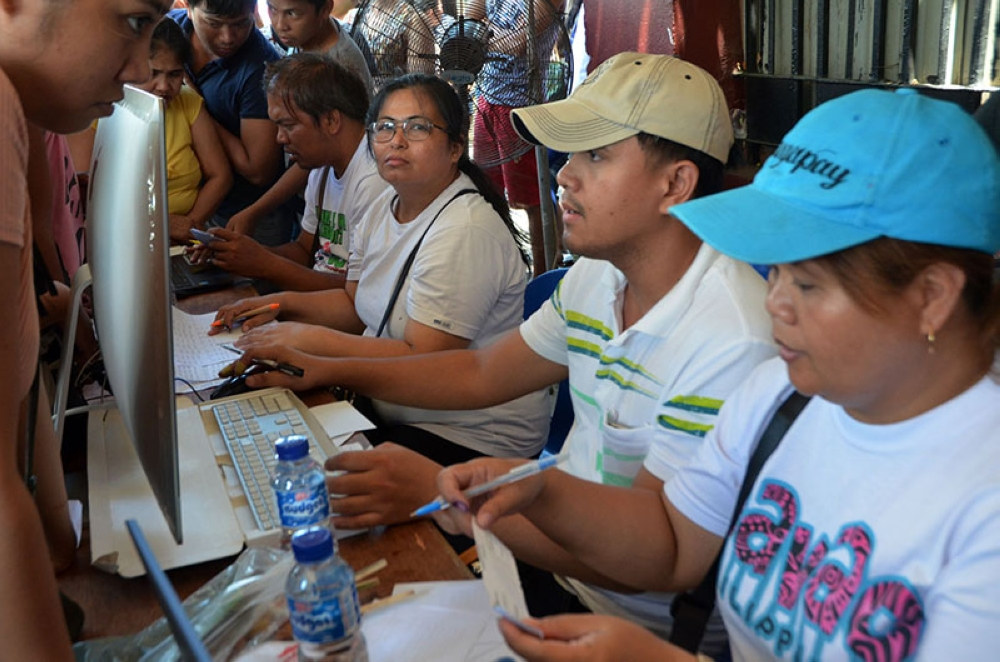 MANILA. Support staff assist voters looking for their polling precincts in Batasan Hills, Quezon City on May 14, 2018. (Alfonso Padilla/SunStar Philippines)