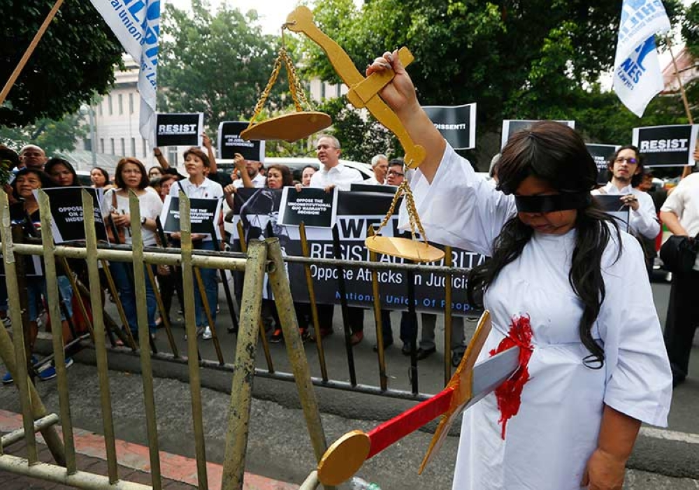 MANILA. Lawyers display placards and shout slogans during a rally outside the Philippine Supreme Court to protest Friday's ouster of Supreme Court Chief Justice Maria Lourdes Sereno Tuesday, May 15, 2018 in Manila. (AP)