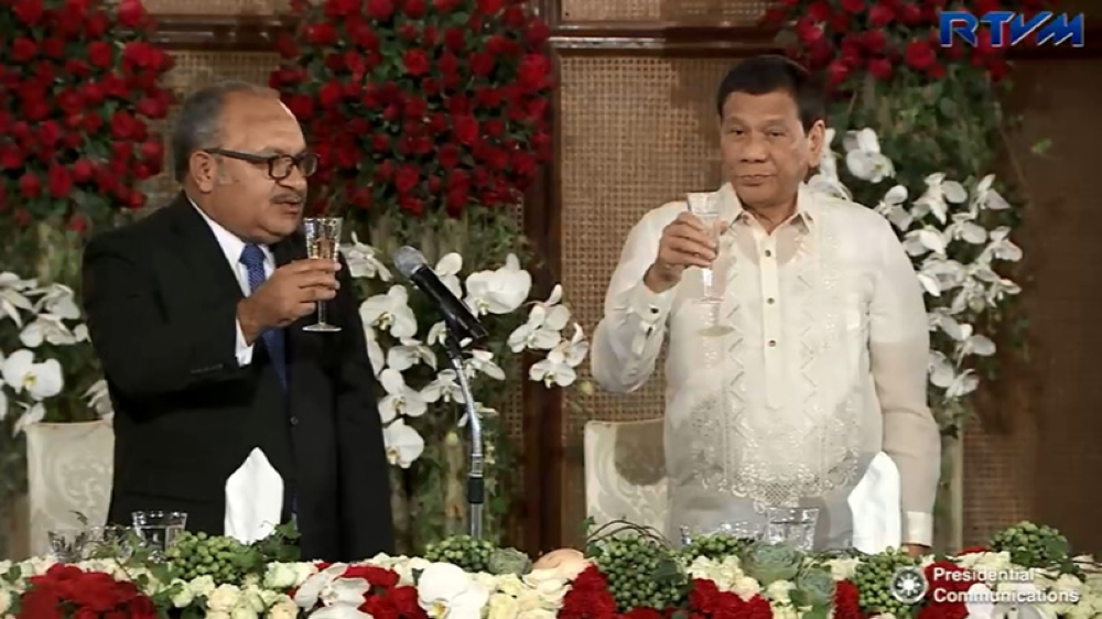 MANILA. President Rodrigo Roa Duterte shares a toast with Prime Minister Peter O'Neill of Papua New Guinea in an official dinner at the Rizal Hall in Malacañang on May 16, 2018. (Grabbed from RTVM video)