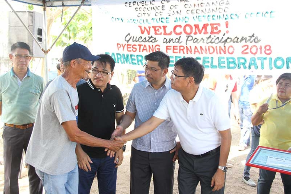 PAMPANGA. The City Government of San Fernando headed by Mayor Edwin Santiago recently recognized some Fernandino farmers for their excellent contribution in ensuring food security for the community on May 18 at the City Nursery Demonstration Farm in Barangay Lara. Joining him were City Councilor and Committee on Agriculture Nelson Lingat, Pyestang Fernandino 2018 Chairperson Robbie Hizon, Third District Board Member Ananias Canlas Jr. and Butil Farmers Partylist Representative Cecilia Leonila Chavez-Custodio. (CSF-CIO)
