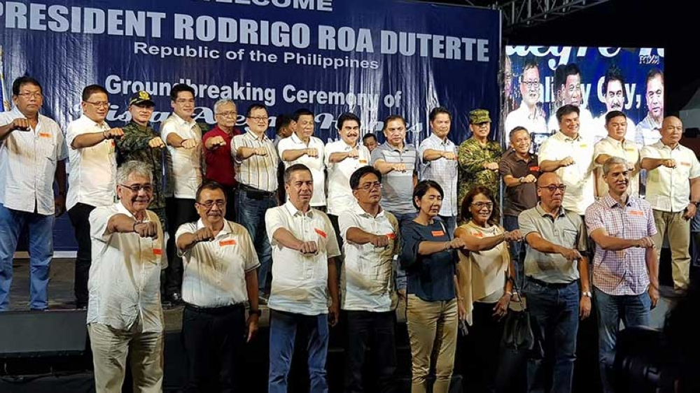 Negros Occidental officials led by Vice Governor Eugenio Jose Lacson (first row, right) in a photo opportunity with President Rodrigo Duterte (7th from left) at the groundbreaking ceremony for the AFP and PNP Housing Program at Vista Alegre Homes in Barangay Dos Hermanas, Talisay City on Sunday, May 20. (Carla N. Cañet Photo)