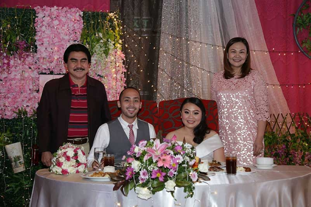 Bacolod City Mayor Evelio Leonardia and Councilr Em Ang with the newly-weds (Leo Vision Photo)