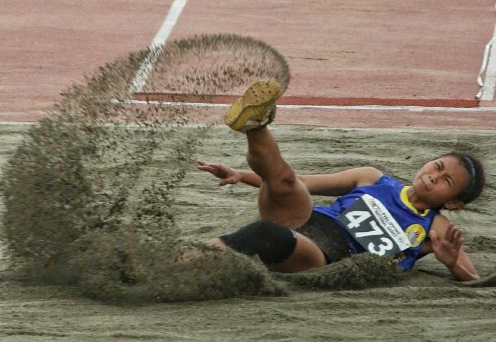 Silver. Si Kristle Kaye Vinco sa Cebu City mipakita sa iyang katapusang hunat sa long jump senior girls division apan igo ra gyud siya nga milandig sa ikaduhang luna alang sa silver medal finish. (Alex Badayos)