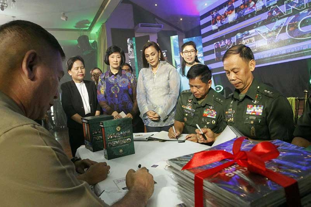 MANILA. Lt. General Rolando Joselito D. Bautista (2nd from right), Philippine Army commanding general, leads the launching of the Joint Task Force Marawi series of books, in Camp Fort Bonifacio on Tuesday, May 22, 2018. Also in photo are Tarlac Heritage Foundation Inc. co-founder  Isa C. Suntay  standing (3rd from left) and singer actress Kuh Ledesma (3rd from right). (Alfonso Padilla/SunStar Philippines)