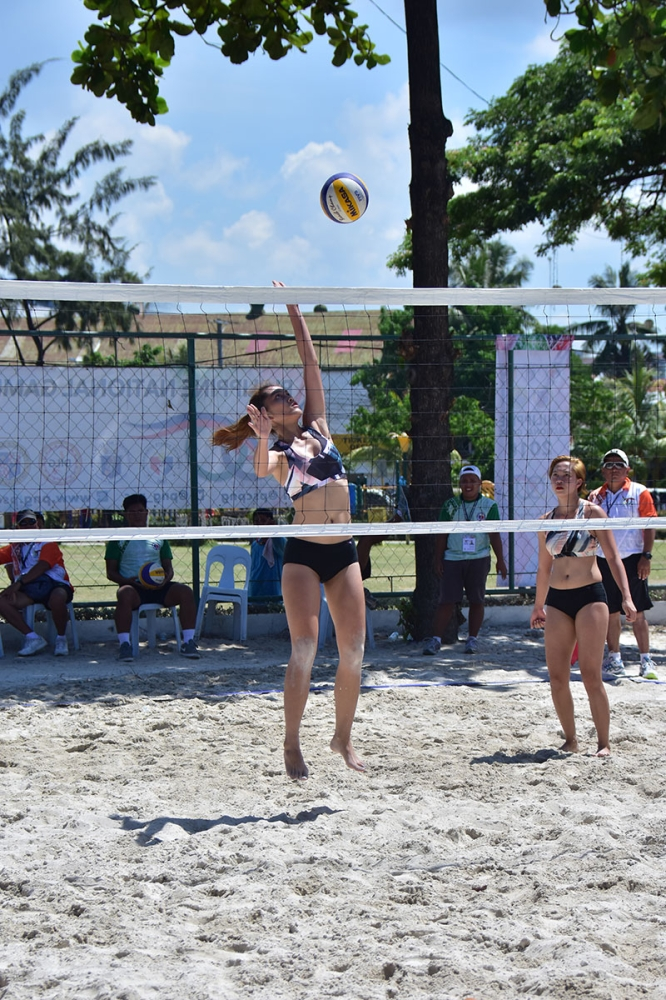 CEBU. Lycha Ebon, left, unleashes an attack against Pangasinan rivals as her teammate Glenda Agang looks on during their Philippine National Games (PNG) 2018 women's beach volleyball game at the Fort San Pedro in Cebu City on Tuesday, May 22. (Macky Lim)